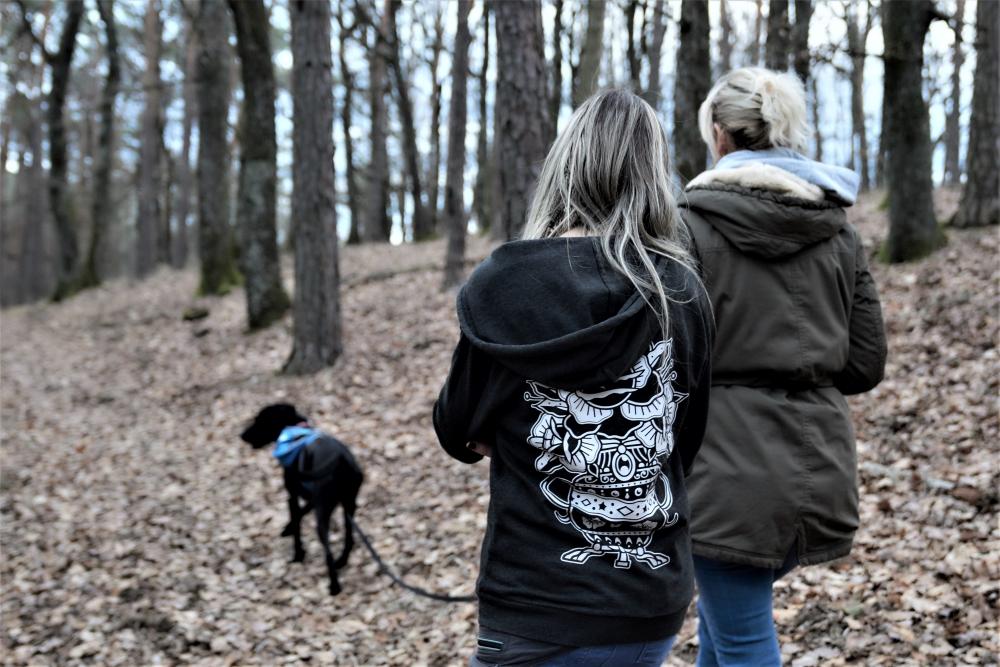 Trainerin und Kundin am Spaziergang im Wald beim Einzeltraining